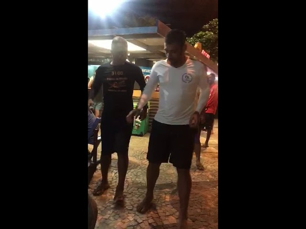 Jogador Diego Souza se diverte na pausa para copa América