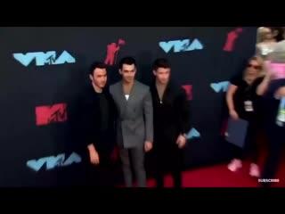 Jonas brothers no tapete vermelho dos vmas que está acontecendo em new