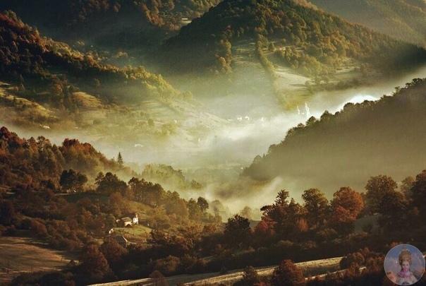 Румынский фотограф Алекс Робчук в течение десяти лет постоянно возвращался в одно и то же место - тихую деревушку в Трансильвании