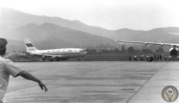 Угнанный террористом китайский авиалайнер Boeing 737 за секунды до столкновения с другим пассажирским самолётом