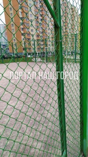 Коммунальные службы привели в порядок спортивную площадку на Недорубова