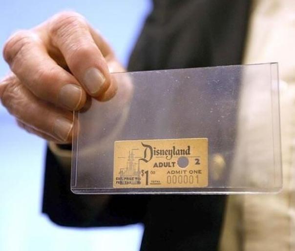 Первый в истории Диснейленда проданный билет В 1955 году Диснейленд впервые открыл свои ворота. Первый в истории билет был продан за 1 доллар студенту колледжа по имени Дэвид Макферсон. Мистер