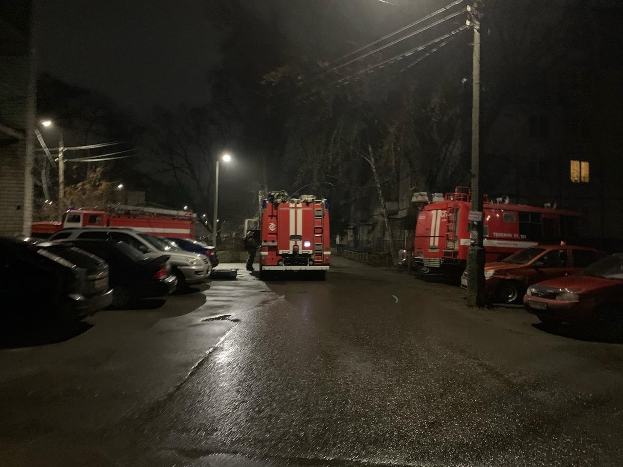 Огнеборцы спасли 13 человек из горящей многоэтажки в Курске