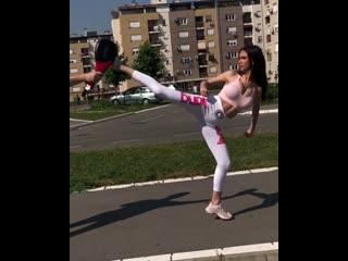 Тренировка тхэквондо от красивой девушки сексуальной. Растяжка шпагат. Крутое видео упражнение. Спорт мотивация фитоняшки фитнес