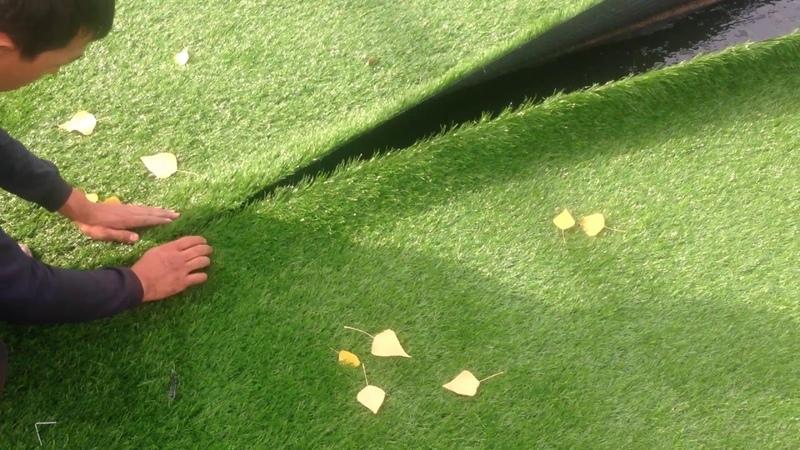 Стыковка рулонов искусственного газона и склеивание
