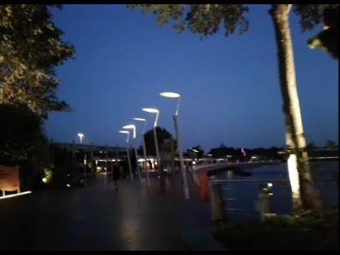 Сингапур Идём по пешеходному мосту Sentosa Boardwalk на о Сентоза
