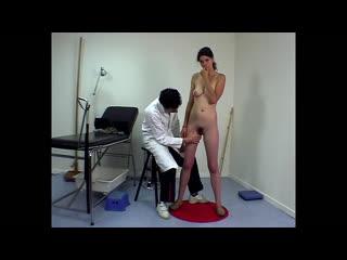 ENF, CMNF, шлёпают  доктор-извращенец во Франции раздевает догола и лапает смущённую девушку