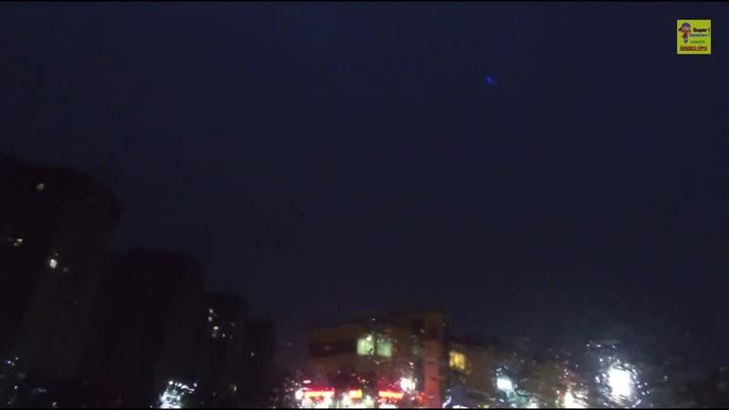 взрыв шаровой молнии...но, похоже, меняет скорость, поскольку приближается к очевидцу. .ускоряется, резко замедляется, а затем