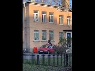 Побег из окна ОВД с батареей