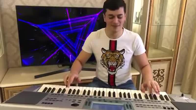 Круто играет на синтезаторе