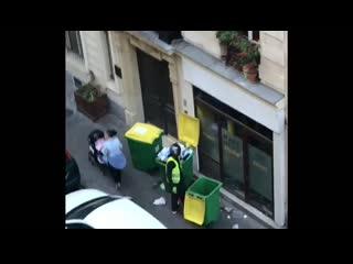 8h, rue St-Vincent de Paul, le préposé aux poubelles du 19 ne les a pas sorties hier soir. Il les vide dans celles du 22