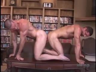 Двое мужиков сначала трахались с помощью двойного дилдо, а потом перешли к обычному сексу