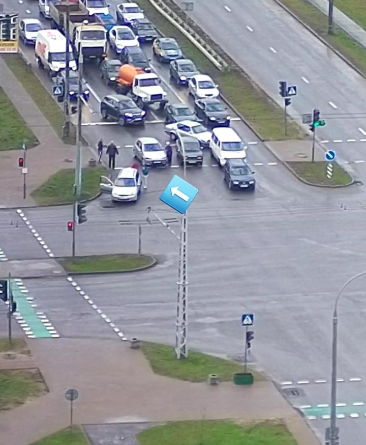 Опубликована видеозапись момента ДТП на Варшавке, когда автомобили заняли три полосы