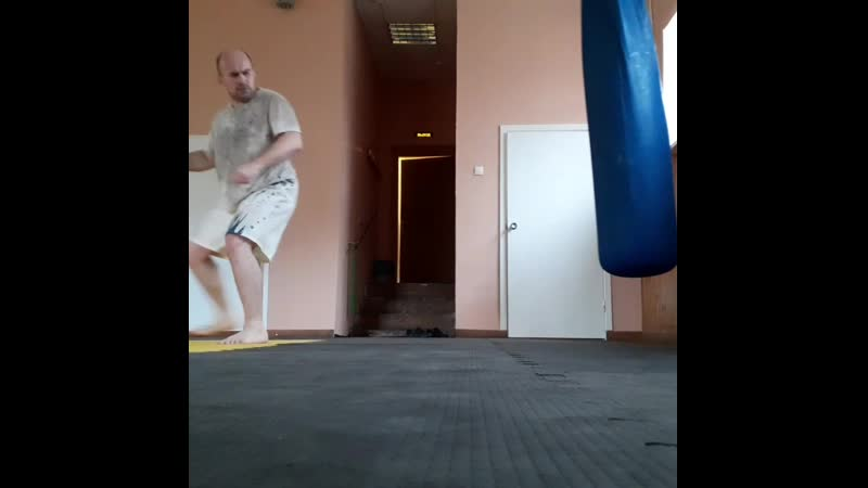 Тренировка по Ушу. Удар с разворотом в прыжке