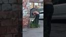 Доставка Delivery club Курьер кушает еду из сумки