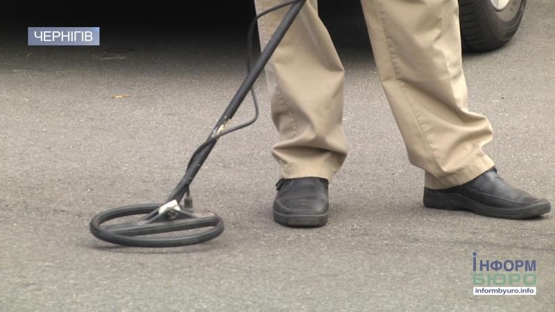 Чернігівські активісти металошукачем знайшли замуровані асфальтом ливнівки
