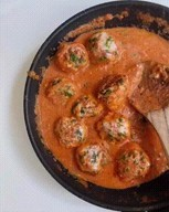 id_27881 Фрикадельки за 30 минут 🍴  Ингредиенты:  Фарш из филе индейки/курицы — 500 г Яйцо — 1 шт. Чеснок — 1 зубчик Лук репчатый — 1 шт. Соль — 1 ч. л. Ароматные травы (хорошо подойдёт сушеный базилик) — 1 ч. л. Протертые томаты (можно заменить готовым томатным соусом для спагетти) — 1 стакан (200 мл) Сметана — 2-3 ст. л. Вода — 100 мл Растительное масло — для жарки Сыр Свежая зелень (петрушка, укроп) — по вкусу  Приготовление:  1. В отдельной ёмкости смешайте фарш, яйцо, мелко нарезанный лук, чеснок, соль, ароматные травы и хорошо все перемешайте вилкой. 2. Влажными руками сформируйте фрикадельки. 3. На сковороде разогрейте растительное масло и обжарьте фрикадельки со всех сторон до румяной корочки на среднем огне. 4. Добавьте протертые томаты, сметану, влейте воду и аккуратно перемешайте до однородности. 5. Томите фрикадельки под крышкой до готовности или около 10 минут. Снимите крышку, добавьте тёртый сыр, зелень и снова накройте блюдо крышкой буквально на пару минут.  Приятного аппетита!  Автор: masha.stories  #gif@bon