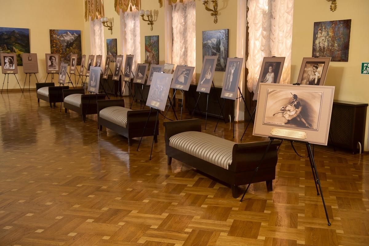 Выставка, посвященная Галине Улановой, в фойе Зимнего театра Сочи.