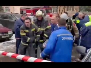 Спасатели и медики несут спасённого из-под завалов ребёнка
