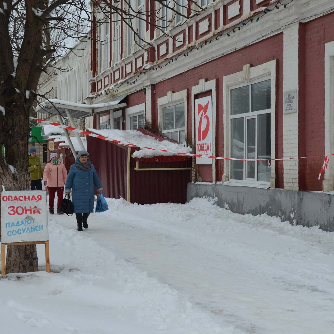Напоминаем петровчанам об опасности схода снега с крыш домов