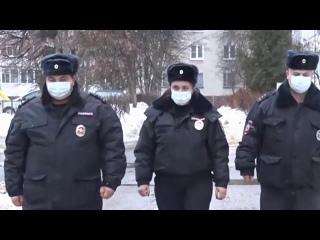 В подмосковном Воскресенске полицейские спасли людей из горящего дома