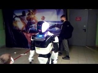 робот танцует под знаменитый хит