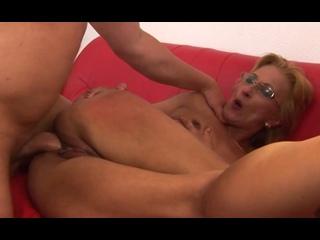 ПОРНО -- ЕЙ 47 -- ШАЛОВЛИВАЯ ТЁЩА ЕБЕТСЯ НА ДИВАНЕ В ЖОПУ -- porn sex milf mature -- Ida M