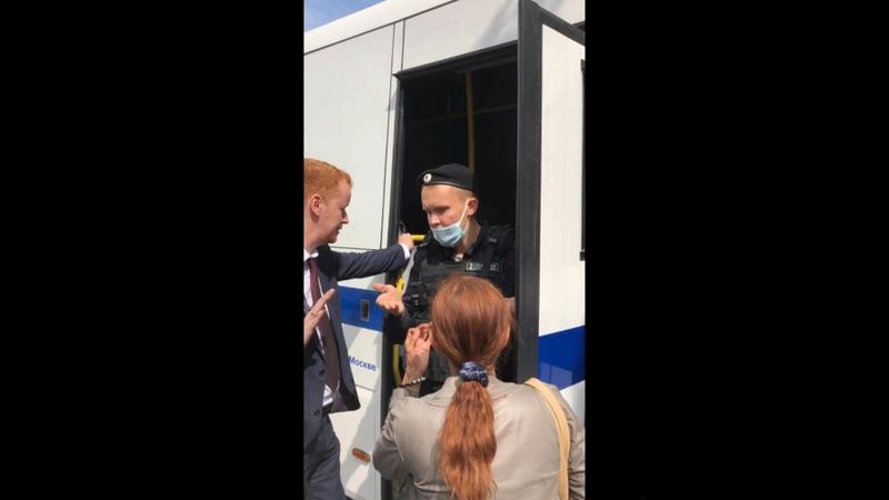 Массовые задержания в центре Москвы Денис Парфёнов пытается остановить беспредел
