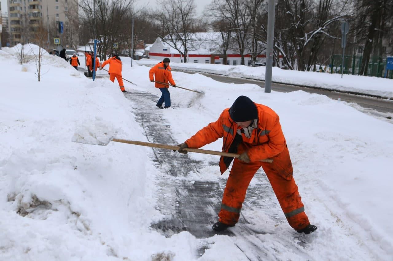 Люблинским коммунальщикам объяснили правила использования реагентов Фото: Марат Джанчатов