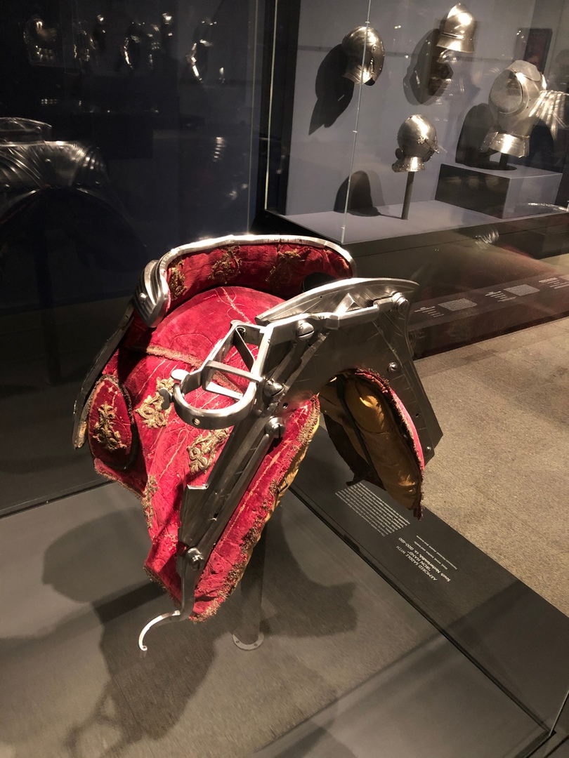Седло для лошади с.пружинным кронштейном для укладки копья, дизайн Максимилиана
