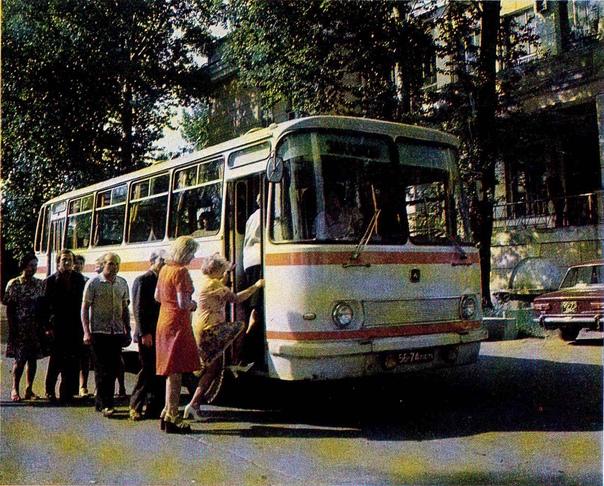 """Фото 1977 года. Работники ПО """"Знамя Октября"""" отправляются на экскурсию в Таллин ( пер. Огородный) Автор:... [читать продолжение]"""