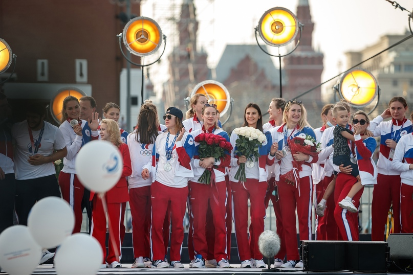 Серебряный подъем на Васильевский спуск. Как российских гандболисток чествовали на Красной площади, изображение №1