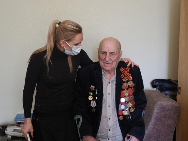 Представители томского областного управления Росгвардии поздравили с Днем защитника Отечества ветерана войны, изображение №1