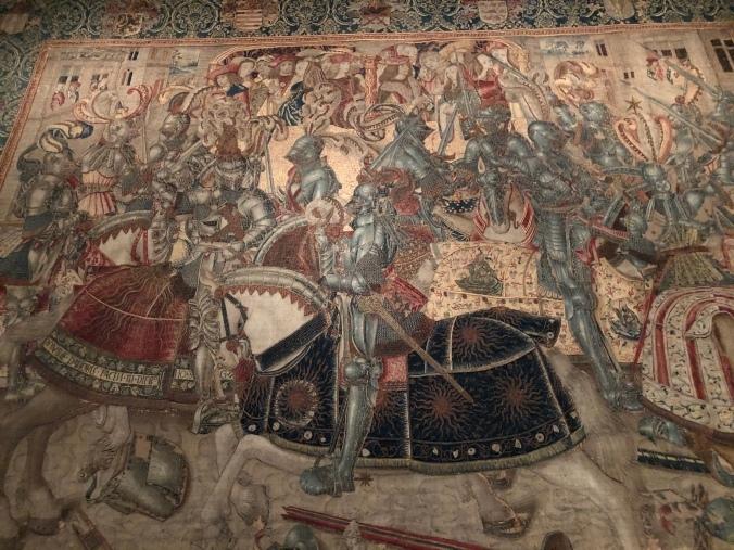 Турнирный гобелен Фридриха Мудрого, курфюрста Саксонии (около 1490 г.), на котором изображен Перкин Уорбек, наблюдающий с лоджии наверху, четвертый слева. Варбек был принят при бургундском дворе Максимилиана I как выживший второй сын Эдуарда IV.