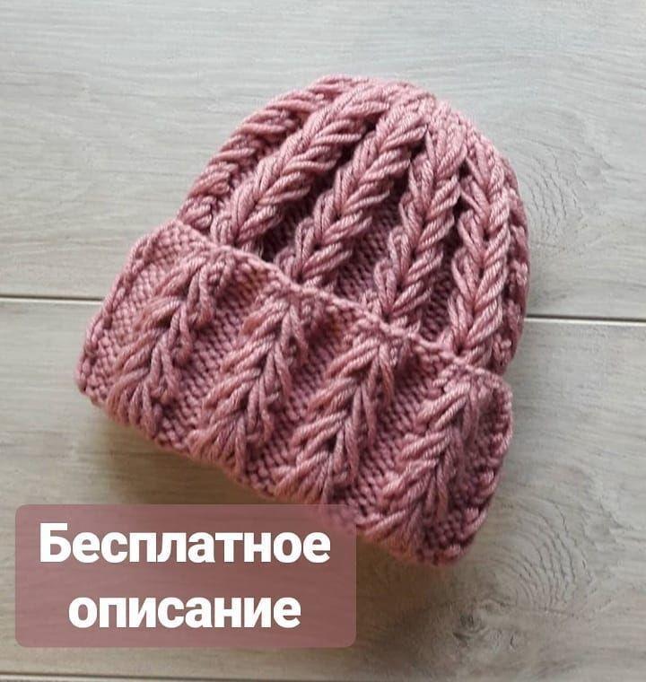Красивая шапочка объемным узором.