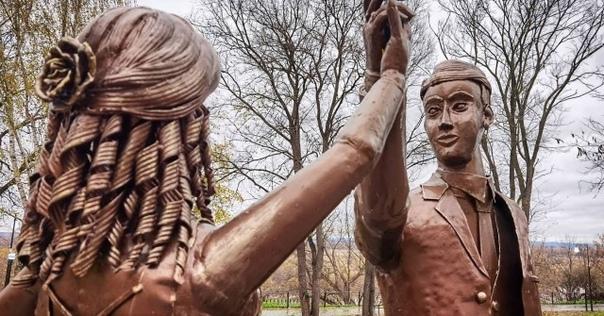 В Павлове установили памятник молодожёнам возле ме...