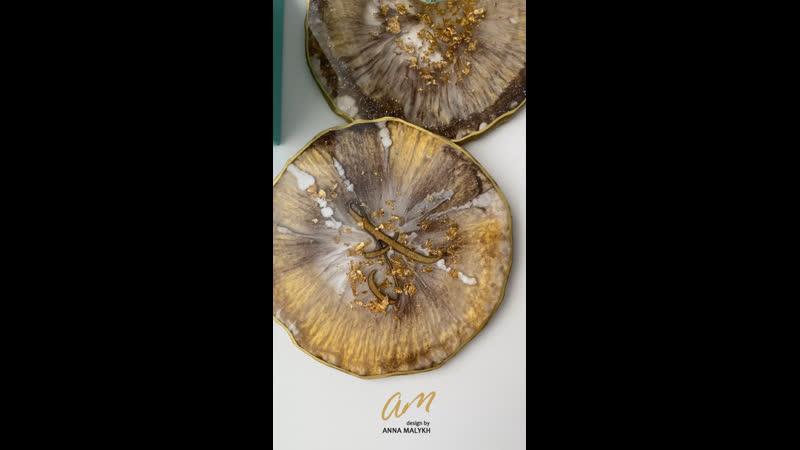 Костеры Шик в золотом цвете с инициалом