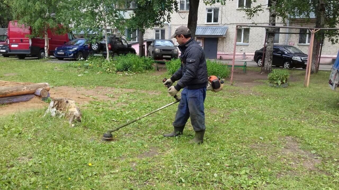 Октябрьский пр-т, 34. Кошение газонов.