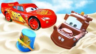 Spielzeug Video für Kinder. McQueen und Spielzeugautos spielen mit Sand. Spielspaß im Sandkasten