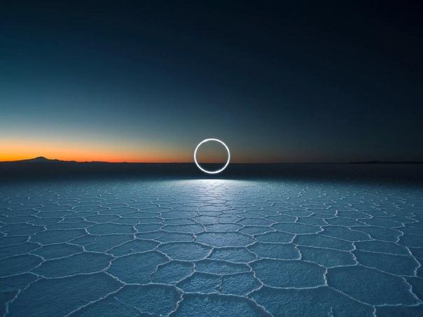 С помощью дрона и длинной выдержки фотограф «нарисовал» окружность в Боливии